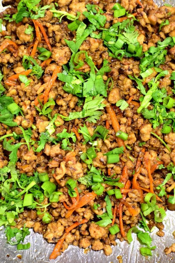 Cerca de la mezcla de carne para los wraps de lechuga con pollo