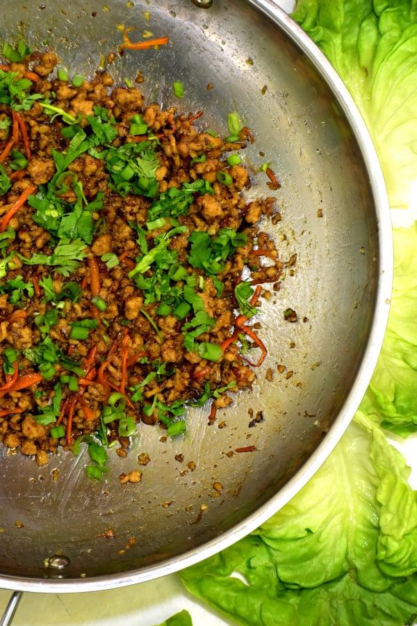 mezcla de carne para los wraps de lechuga con pollo en una sartén