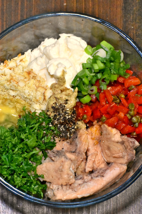 salmon, peppers, capers, onion, mayo, crackers and parsley in a bowl