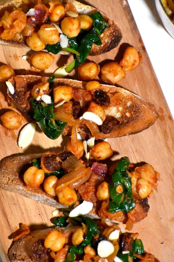 espinacas con garbazos on small pieces of toasted bread