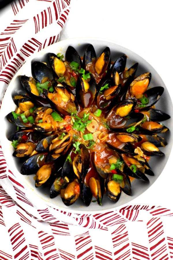 Zoomed out overhead of the bowl of mussels.